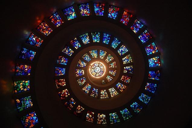 spiralförmig verlaufende Kirchenfenster