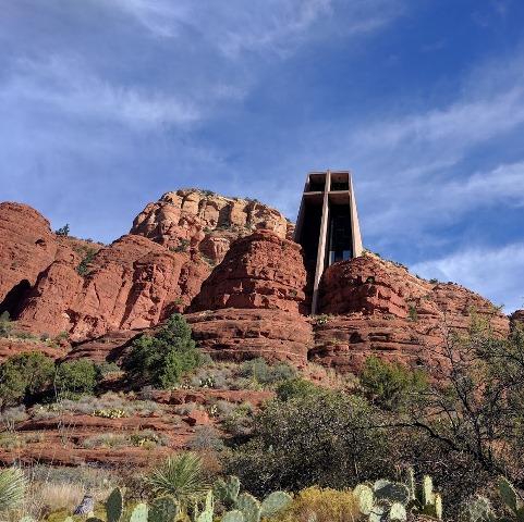 raues zerklüftetes Gestein mit modernem Kirchturm