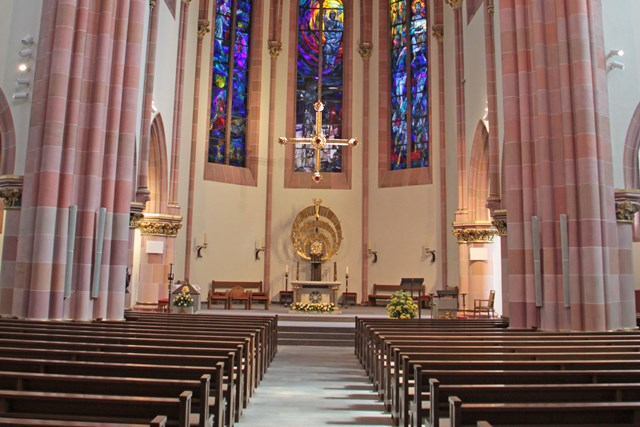 Blick in den Innenraum der Kirche St. Ludwig mit Altarraum